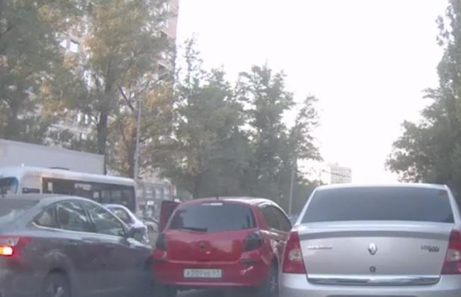 В резко притормозивший автомобиль врезались два других