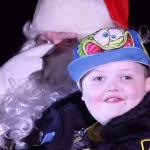 Целый город притворился, что наступило Рождество, чтобы порадовать больного мальчика