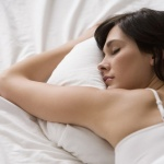 Выбираем идеальную позу для сна: кому спать на боку, а кому - на животе