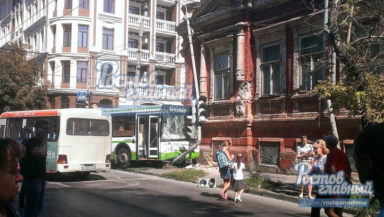 Приключение вРостове наНахичевани, шофёр автобуса врезался в дом