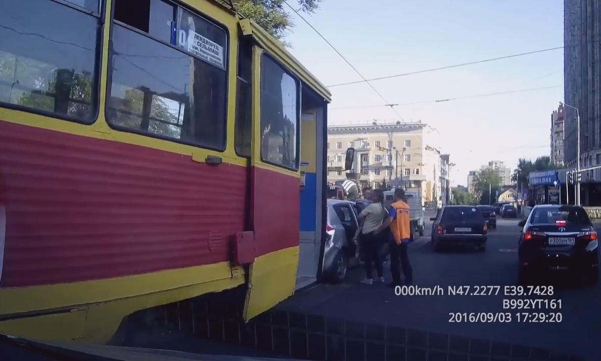 Трамвай протаранил три машины врайоне Театральной площади