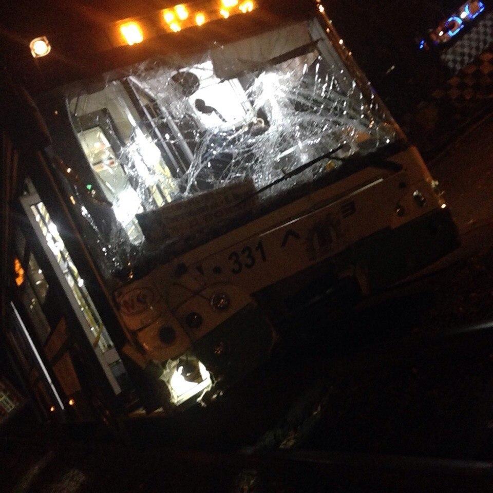 Автобус протаранил 4 автомобиля иснес забор парка Островского вРостове