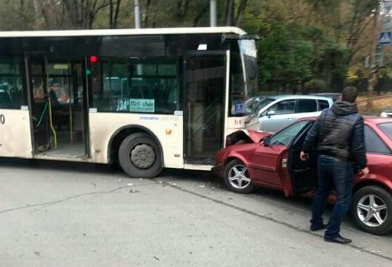 ВРостове наперекрестке Стачки иТружеников Ауди въехала вавтобус