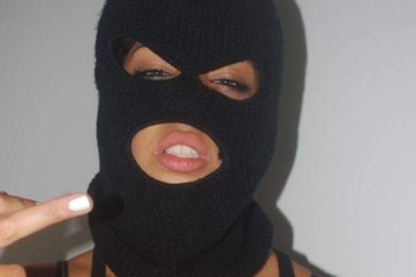 Фото девушки в маске грабителей