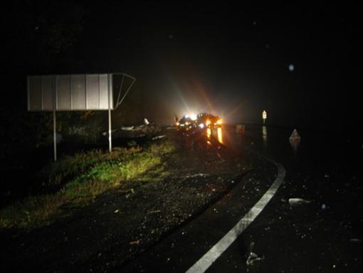 ВРостовской области грузовой автомобиль раздавил машину, двое погибли