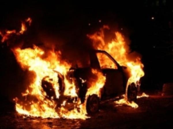 Два человека погибли взагоревшейся иномарке вНеклиновском районе