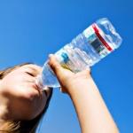Ученые назвали страшные последствия употребления воды из бутылок