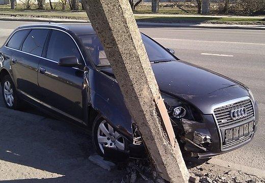Нетрезвый рабочий автомойки вНовочеркасске угнал иномарку клиента иврезался встолб