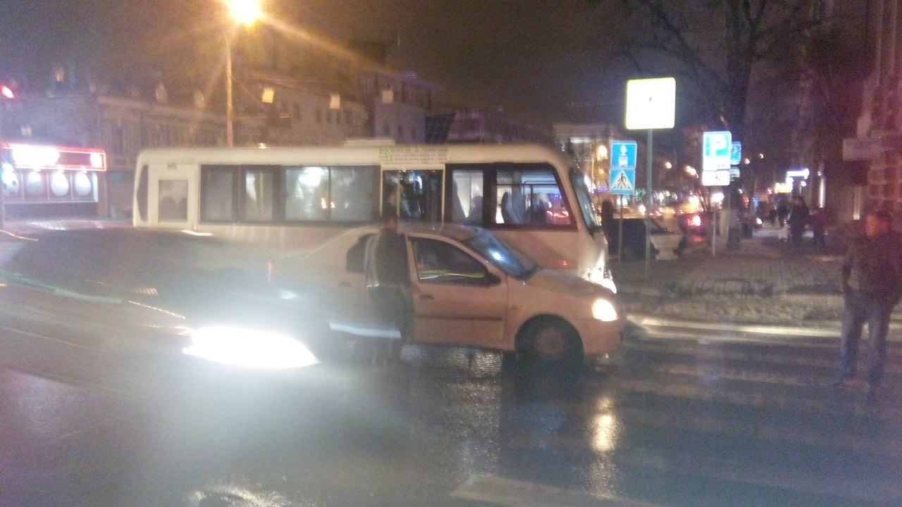 Вцентре Ростова маршрутка №25 угодила вДТП с Рено Logan