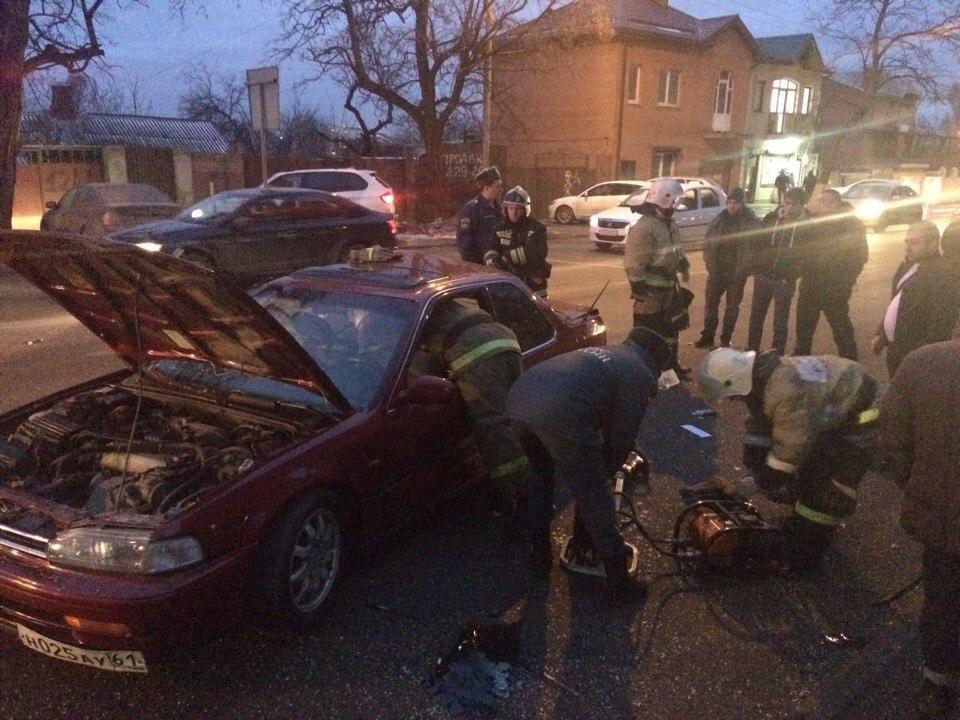 ВРостове наЗападном столкнулись 4 автомобиля, двое человек пострадали