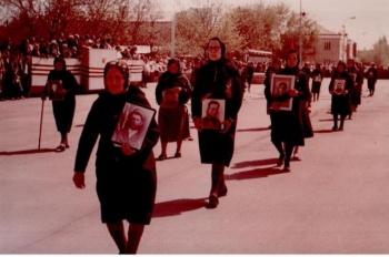 1985 год. Тацинка. Матери в чёрных одеяниях вновь прошли с портретами своих сыновей. © / Из личного архива
