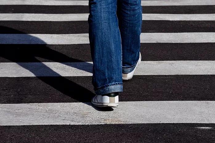 Перебегавший дорогу позебре школьник попал под колеса иномарки вРостовской области