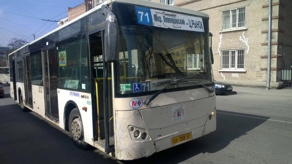 ВРостове напассажирку автобуса упала крышка люка