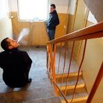 Как бороться с курящими в подъезде соседями?