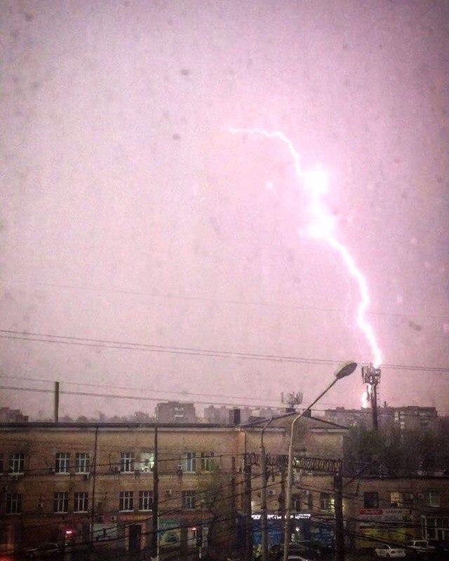 ВРостове впроцессе ливня погибла женщина, рядом скоторой ударила молния