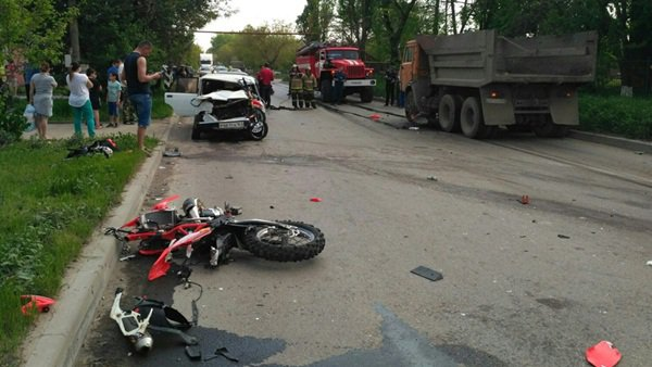 Вмассовом ДТП вТаганроге умер мотоциклист