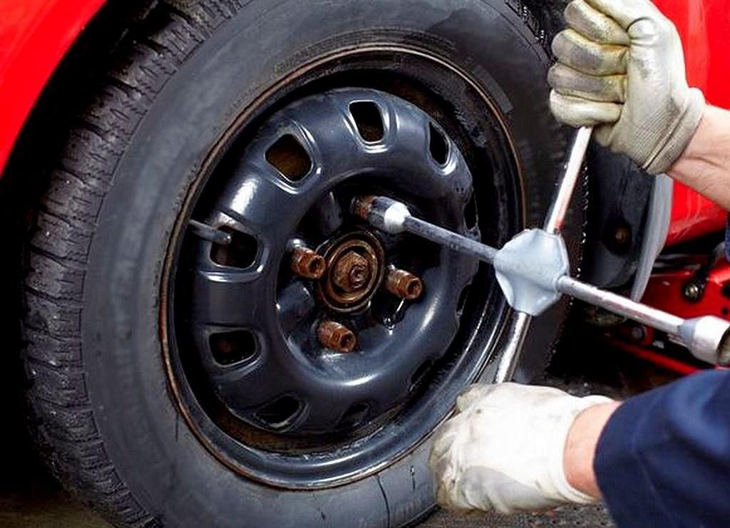 ВМорозовском районе иностранная машина  насмерть сбила менявшего колесо пенсионера