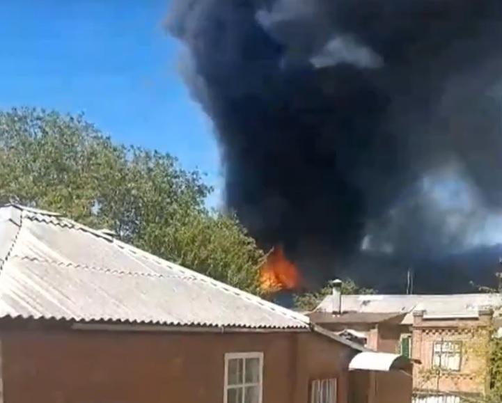 ВБатайске гасят мощный пожар наскладе кондитерской продукции