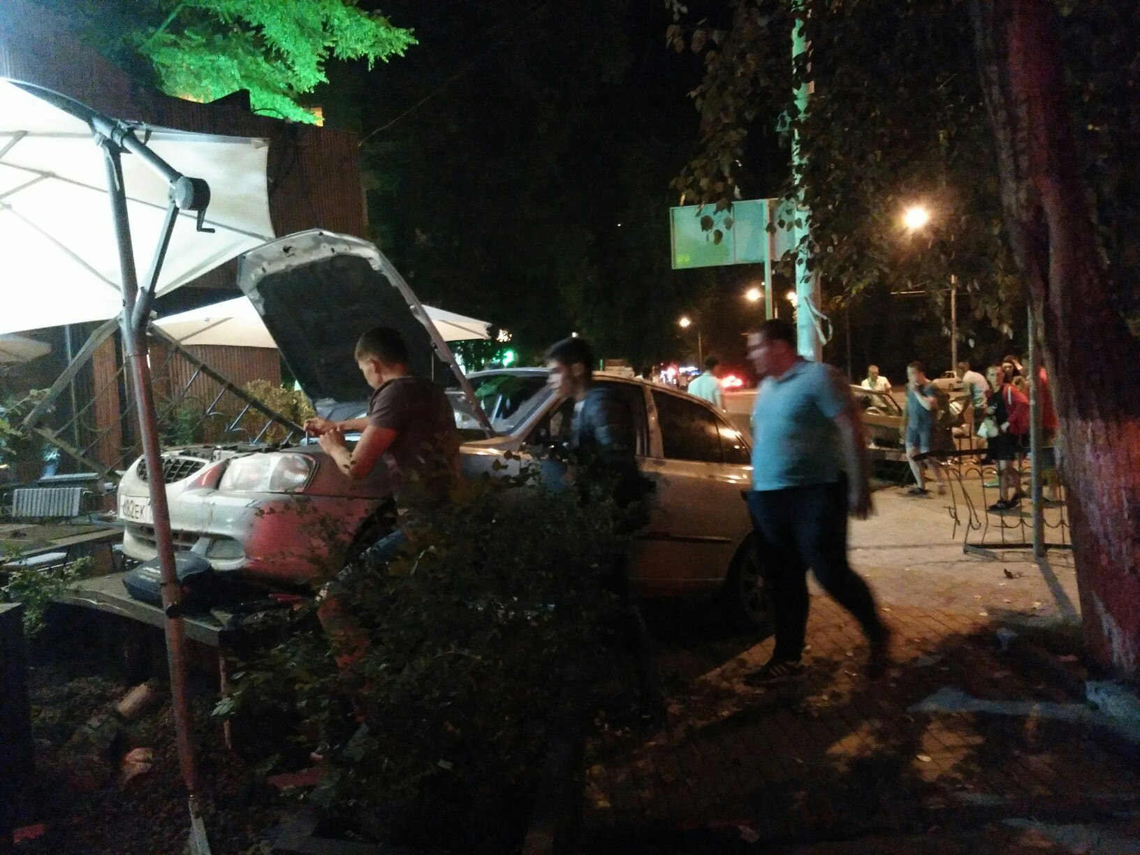 ВРостове Хёндай после ДТП сPriora протаранил ресторан «Рис»