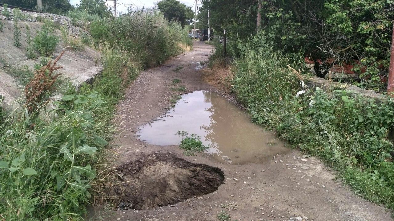 Образовавшаяся после дождя яма перекрыла дорогу жителям Ростова