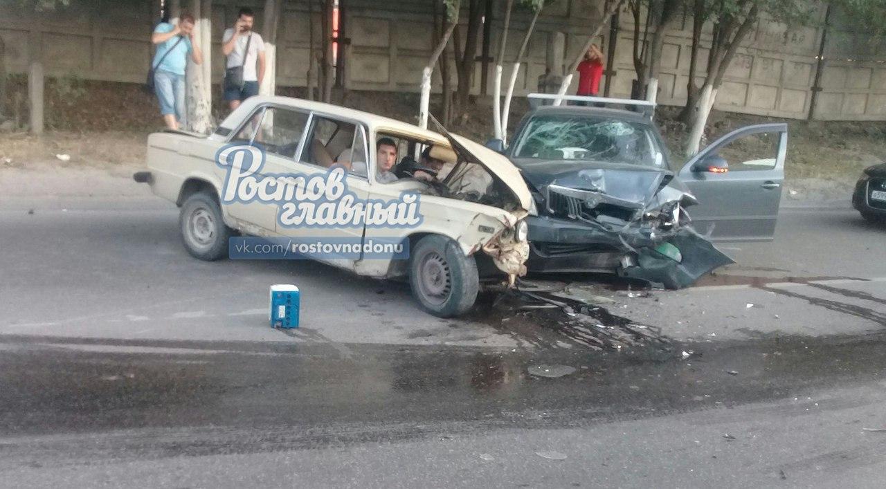 Влобовом столкновении 2-х авто вРостове-на-Дону пострадали 4 человека