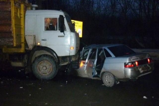 Шофёр легкового автомобиля умер при столкновении сКамАЗом наДону