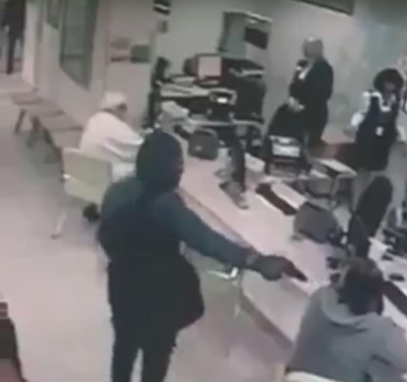 Неизвестный в врачебной маске ограбил банк под Ростовом