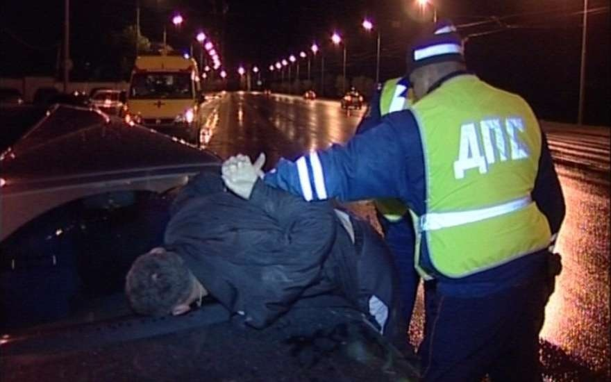 Нетрезвый шофёр напал скулаками наполицейских вШахтах