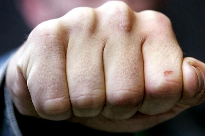 ВСальске юноша избил мужчину наостановке