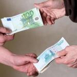 Россияне массово сбывают валюту