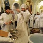 Крещенская вода: когда освящают, свойства, как использовать