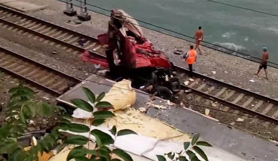 Движение поездов вСочи, где КамАЗ упал нарельсы, восстановлено